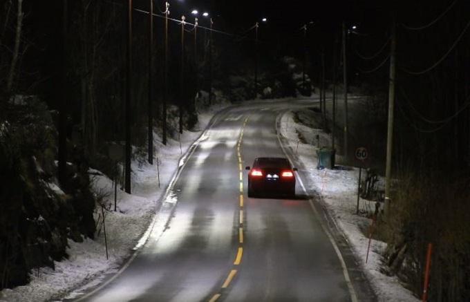 Norvegia, i lampioni illuminano la strada solo quando passano le auto [VIDEO]