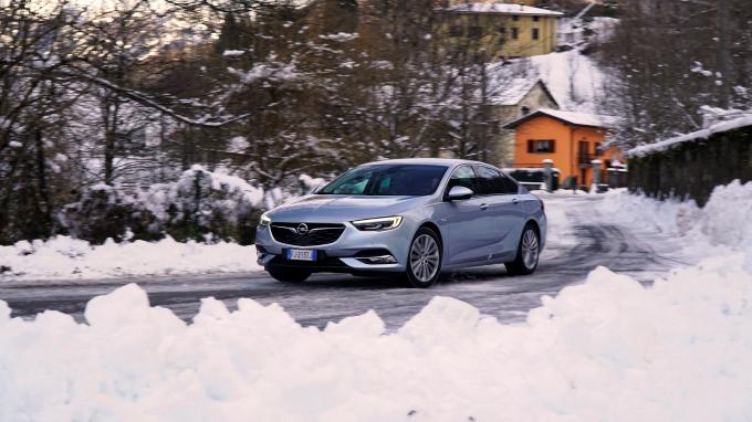 Opel Insignia Grand Sport, maxi coupé con le premium nel mirino [VIDEO PROVA SU STRADA]