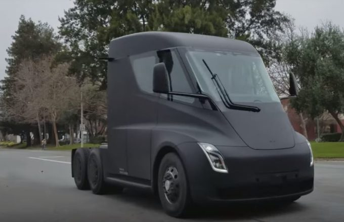 Tesla Semi, prototipo filmato in strada durante i test [VIDEO]