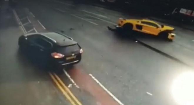 Audi R8, incredibile incidente in Inghilterra [VIDEO]