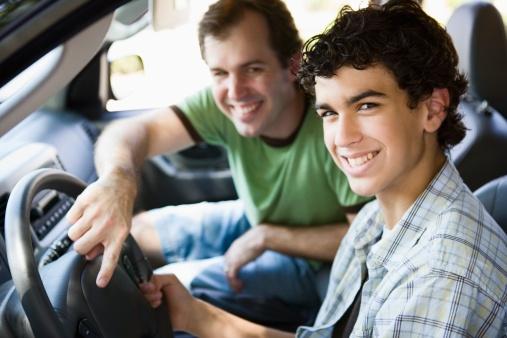 Guida accompagnata a 17 anni: ecco come guidare prima del foglio rosa