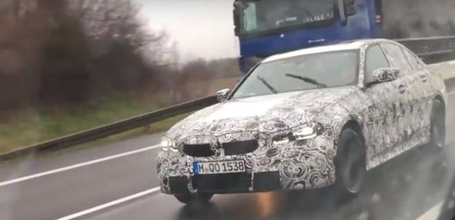 BMW M340i, avvistato il muletto sull'autobahn [VIDEO]