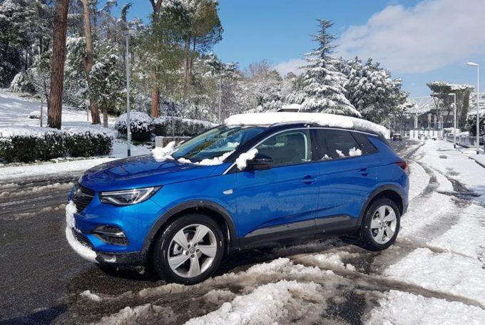 Opel Grandland X: la neve a Roma si supera con il sistema IntelliGrip