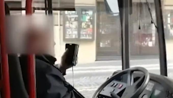 Autista di autobus videochiama mentre guida [VIDEO]