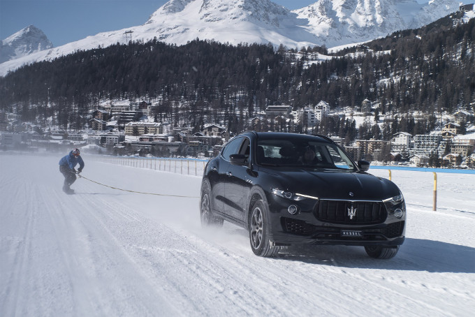 Maserati Levante, traina uno snowboarder per il Guinness World Record
