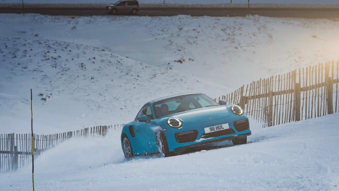 Porsche 911 Turbo S, scala la collina innevata [VIDEO]