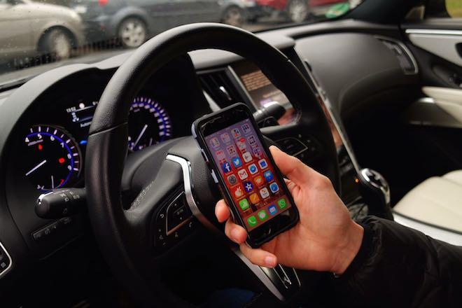 Francia: cellulare vietato anche con l'auto in sosta