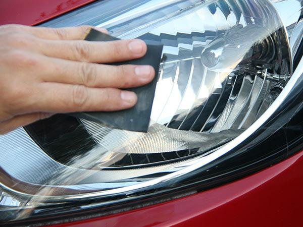 Fari auto ingialliti: come pulirli e ripristinarli
