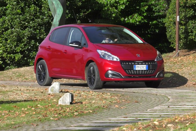 Peugeot 208: arriva l'edizione limitata Black Line [VIDEO]