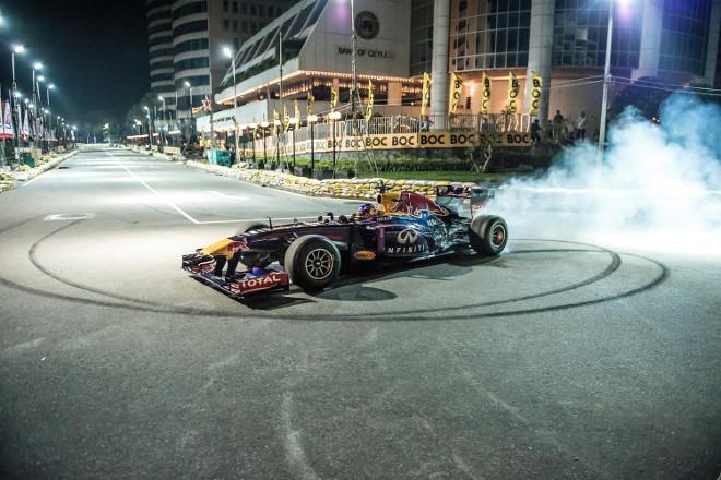 Daniel Ricciardo, alla guida della sua F1 nelle strade di Colombo [VIDEO]
