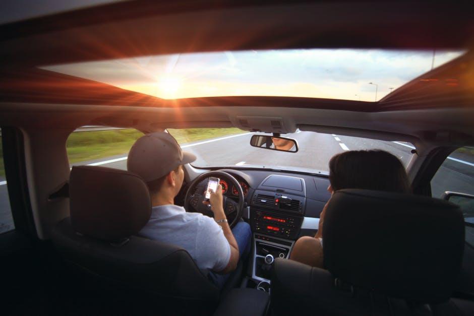 Dipendenza da smartphone in auto: consigli e pericoli