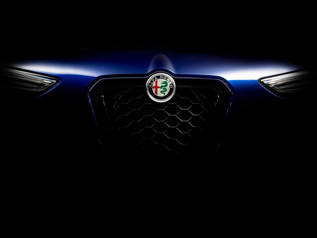 Alfa Romeo: una misteriosa immagine annuncia l'arrivo di una novità negli USA [TEASER]