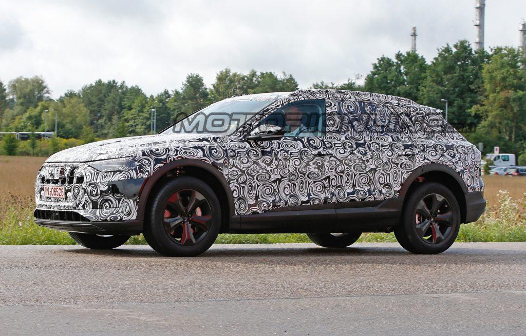 Audi e-tron quattro pizzicata in strada [VIDEO SPIA]