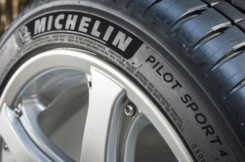 michelin batte pirelli lo pneumatico pilot sport 4 primo ai test di auto motor und sport. Black Bedroom Furniture Sets. Home Design Ideas