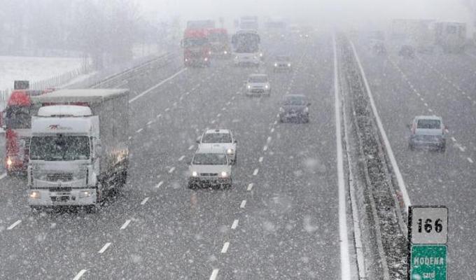 Maltempo: chiusura del tratto autostradale A1 Milano-Bologna, disagi per gelo e neve