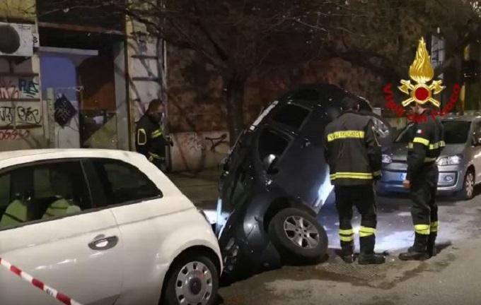Roma, voragine nella Gianicolense/ Suv in sosta sprofonda nel terreno: nessun ferito