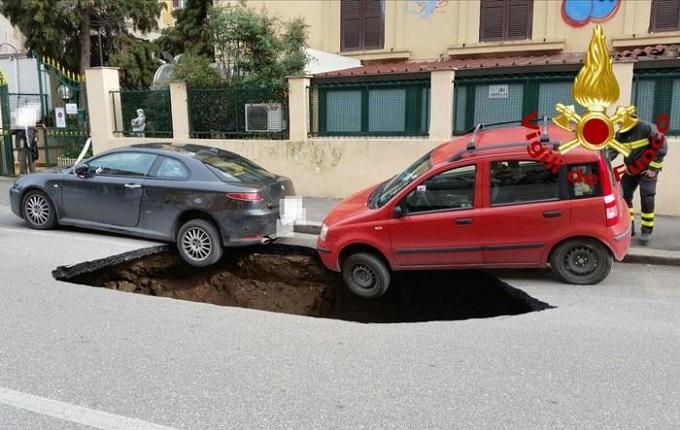 Roma, maxi voragine sull'Appia. Sui Social è già Big Hole