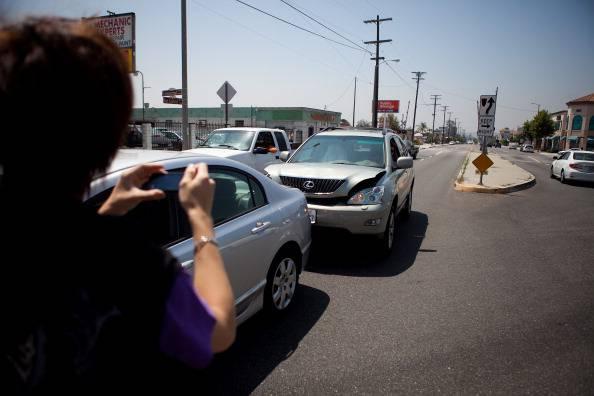 Incidente auto con concorso di colpa: ecco come comportarsi