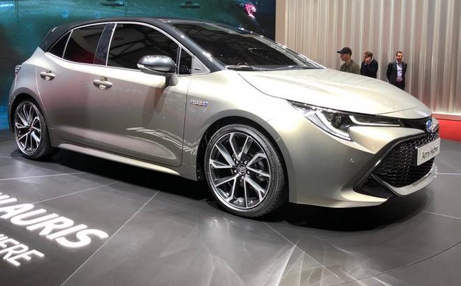 Toyota auris la terza generazione al salone di ginevra for Interni salone