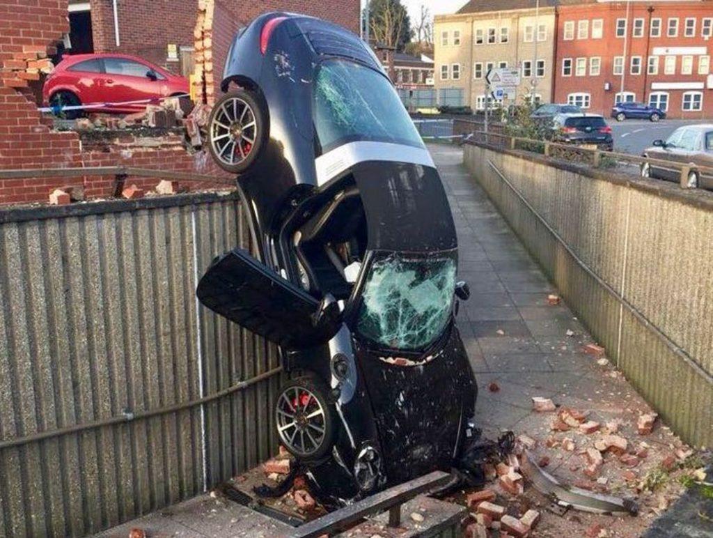 Regno Unito, un 73enne ha sfondato un muro con la sua Porsche 911 Targa