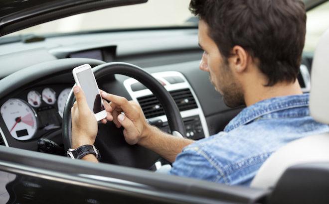 Cellulare in auto: l'autovelox verifica se si sta utilizzando alla guida