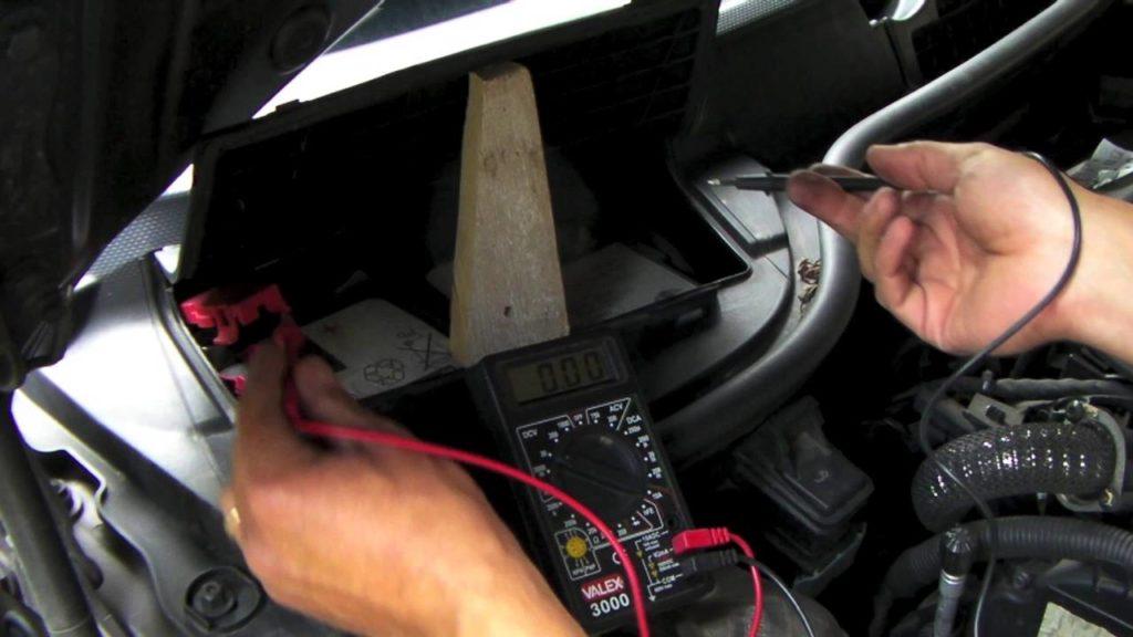 Batteria auto: come controllarla in modo facile e veloce