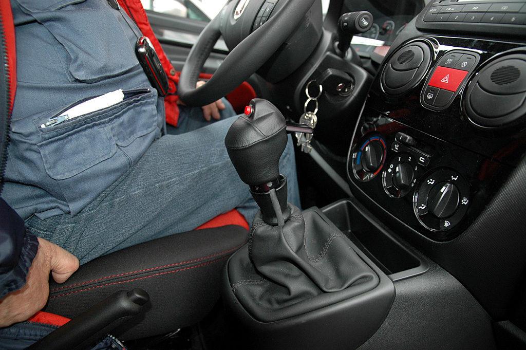 Posizione di guida: come evitare problemi di postura e circolazione in auto