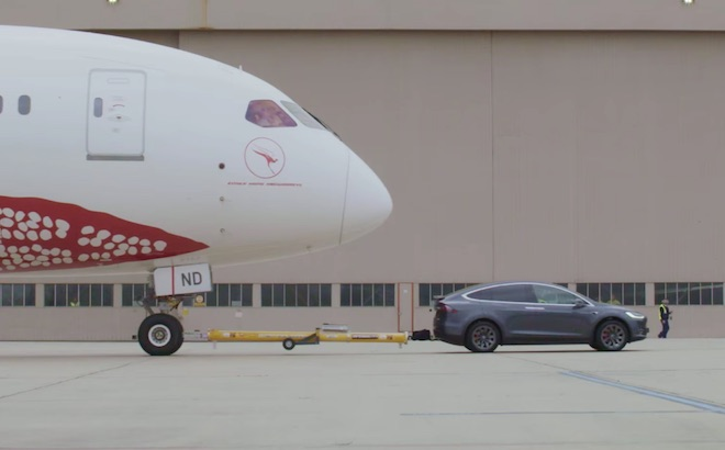 Tesla Model X: trainato un Boeing 787 Dreamliner [VIDEO]