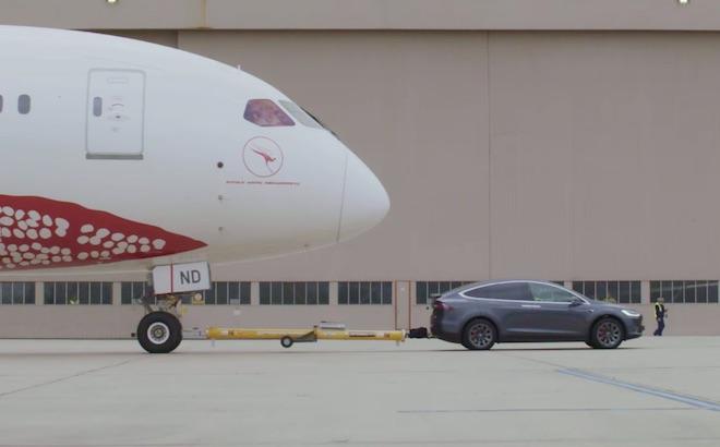 Tesla Model X: trainato un Boeing 787 Dreamliner [VIDEO]