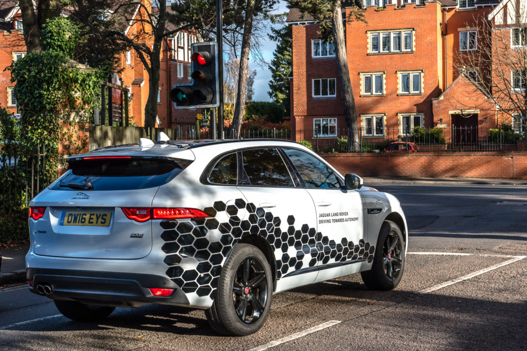 Jaguar Land Rover: veicoli connessi tra di loro per sviluppare la guida autonoma