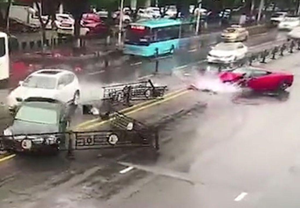 Una donna distrugge una Ferrari 458 italia poco dopo l'acquisto [VIDEO]