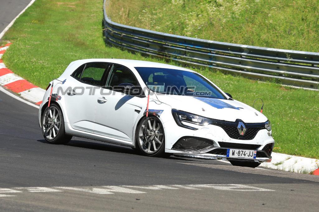 Renault Megane R.S. Trophy foto spia 30 giugno 2018