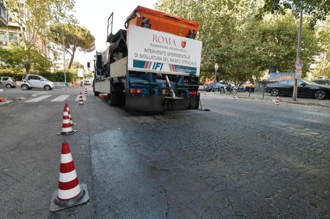 Roma: l'asfalto sigillante si sgretola già dopo un giorno