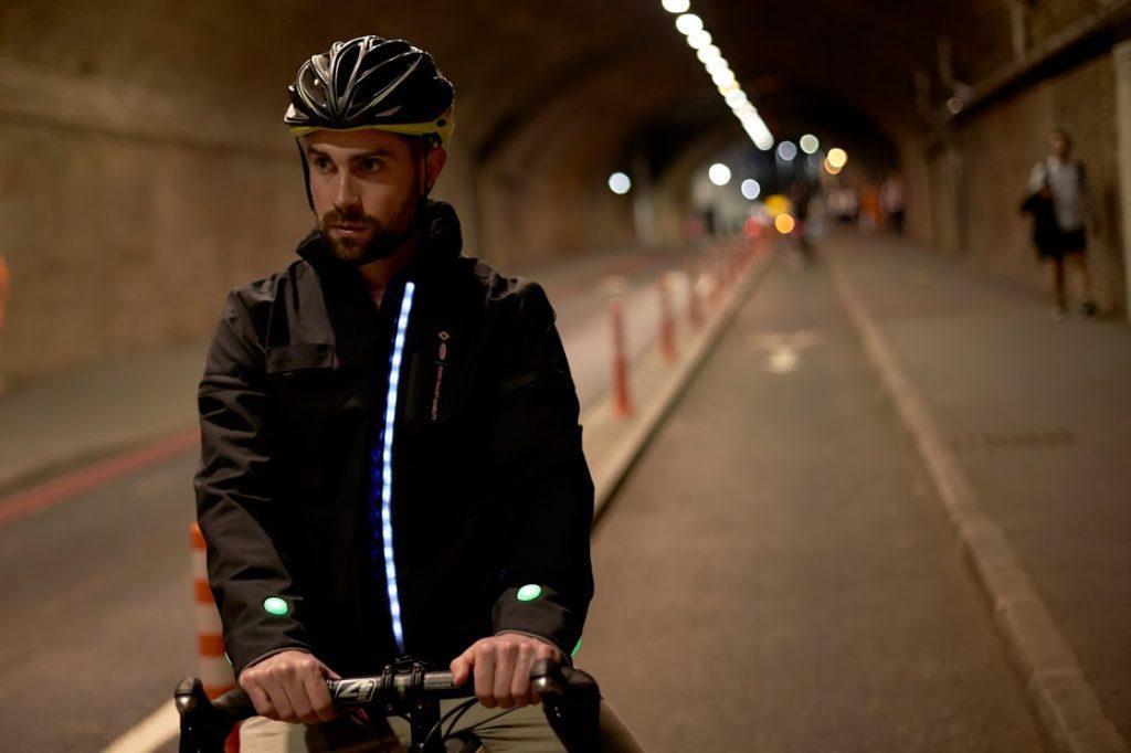 Ford, dall'idea di alcuni dipendenti nasce la Smart Jacket per i ciclisti [VIDEO]
