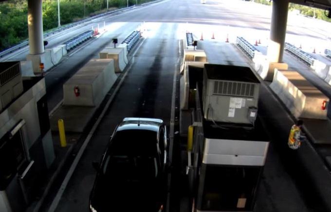 Stati Uniti, terrificante schianto di un'auto al casello [VIDEO]