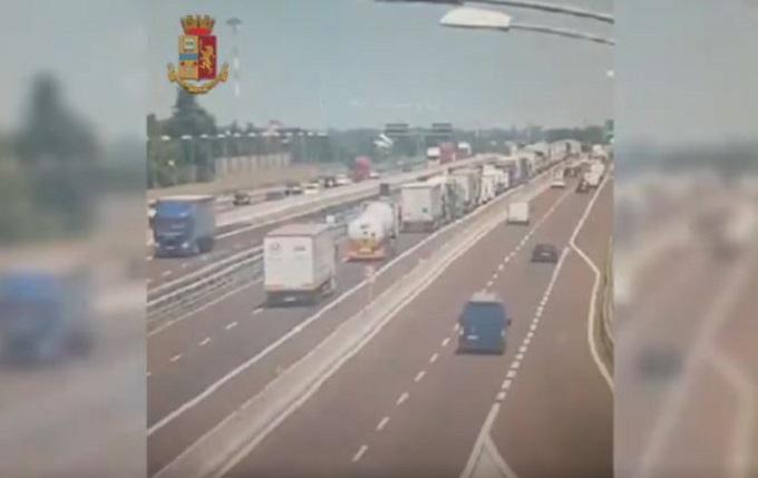 Bologna, incidente sul raccordo A1-A14: il bilancio è di un morto e 70 feriti [VIDEO]