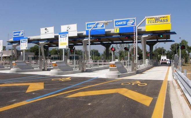 Autostrade: due ipotesi per il futuro. E a Pisa crolla un cartello
