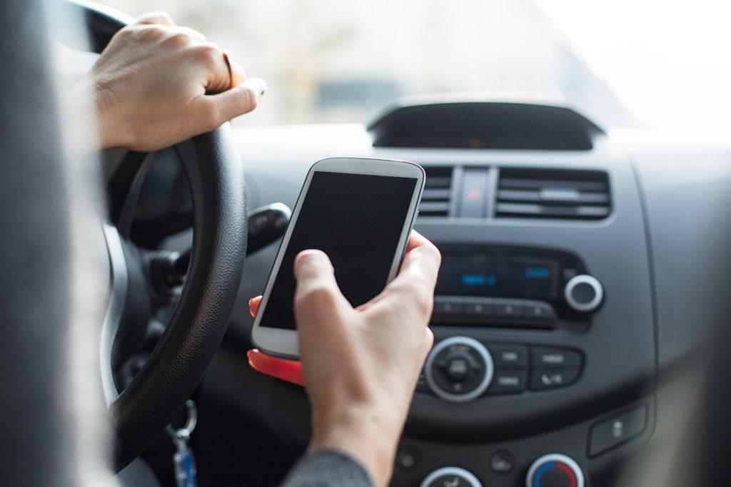 Ritiro della patente per chi parla al cellulare, Toninelli annuncia l'inasprimento delle sanzioni