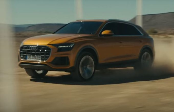 Audi Q8 fa drift nel deserto [VIDEO]