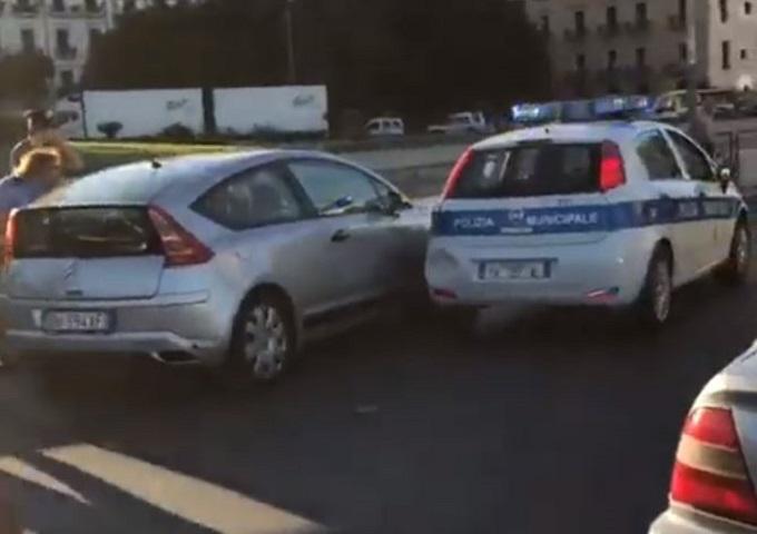 Palermo, i vigili lo multano lui reagisce speronando la loro auto e poi scappa [VIDEO]