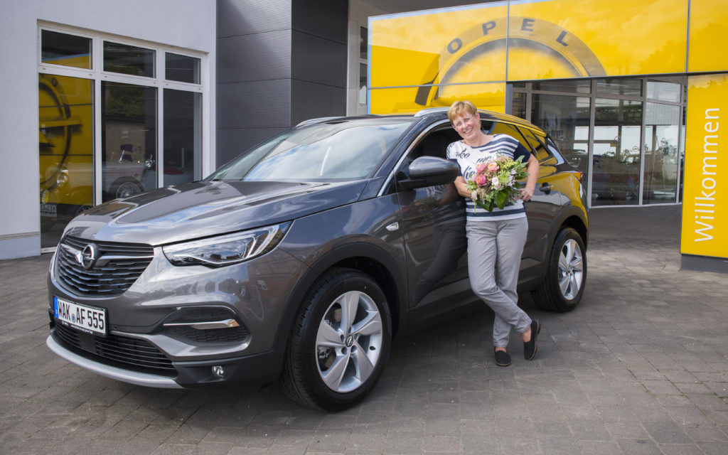 Opel Grandland X festeggia i primi 100.000 ordini