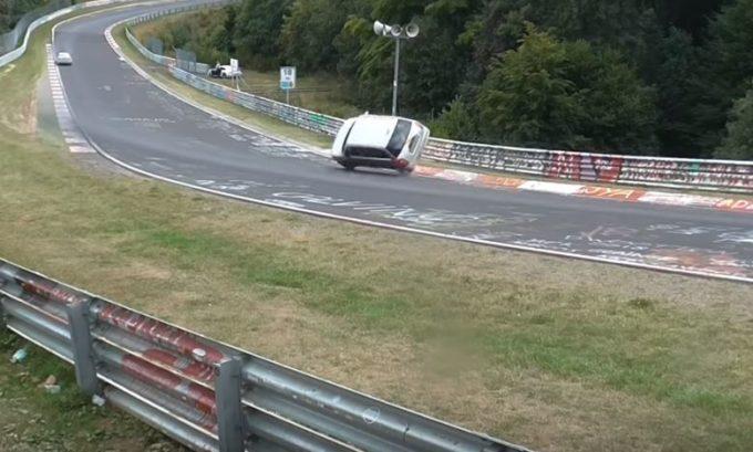 Salvataggio da brividi al Nurburgring: finisce su due ruote ma non si ribalta [VIDEO]