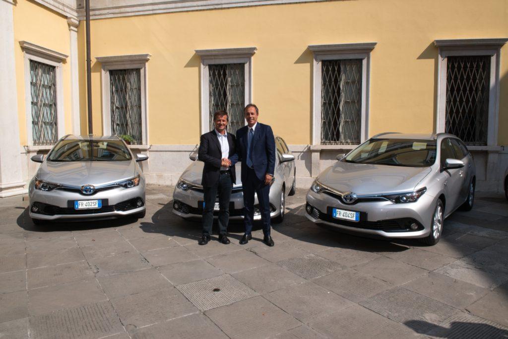 Toyota consegna tre auto Full Hybrid Electric al Comune di Bergamo