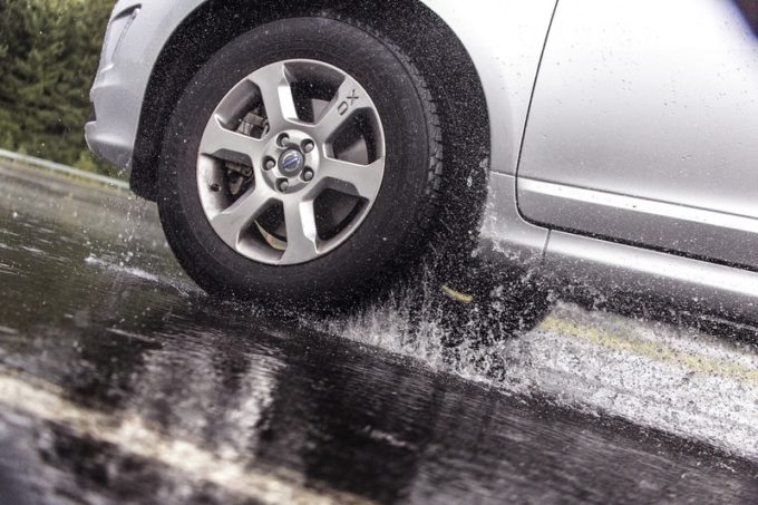 Aquaplaning: Nokian Tyres spiega come evitarlo