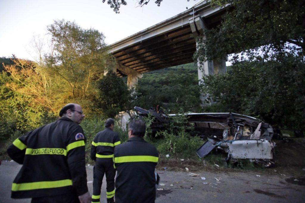"""Strage del bus di Avellino, la nuova perizia accusa Autostrade: """"Guardrail corroso"""""""