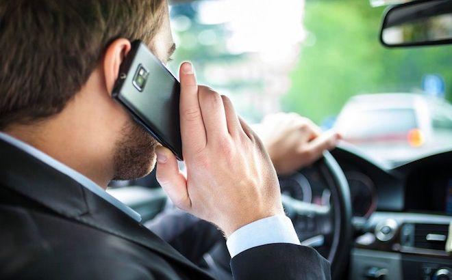 Cellulare alla guida: le auto civetta per combattere il fenomeno