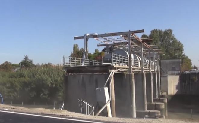 Crolla un ponte a Ravenna: morto un tecnico della protezione civile [VIDEO]