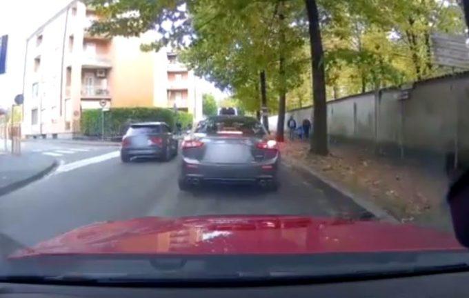 Monza, automobilisti saltano la coda andando in contromano ma il karma li punisce [VIDEO]