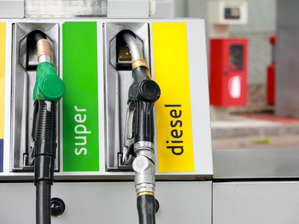 Benzina e diesel: segnalati prezzi leggermente ridotti