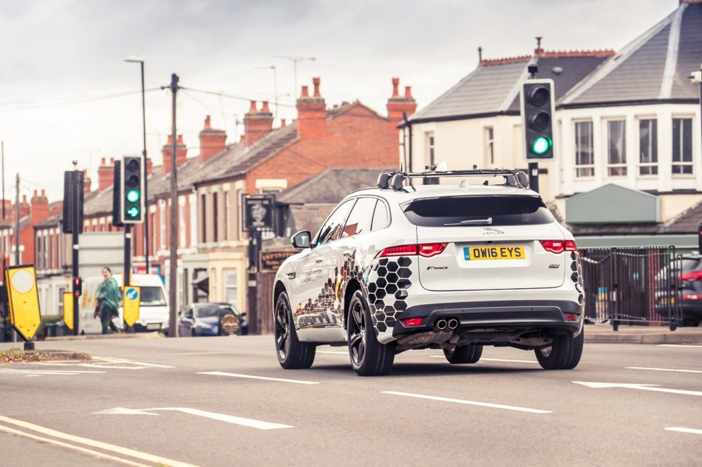 Jaguar Land Rover: il Green Light Optimal Speed Advisory consentirà di evitare i semafori rossi